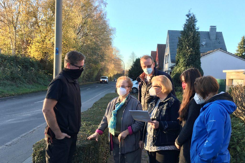 Die Mitglieder der Anwohnerinitiative Hacheneyer Kirchweg beraten, wie sie weiter vorgehen.