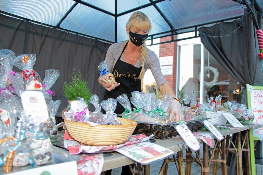 Nicole Kiwitt, seit zwei Jahren Chefin in Omas Café, richtet die Verkaufsauslage her.