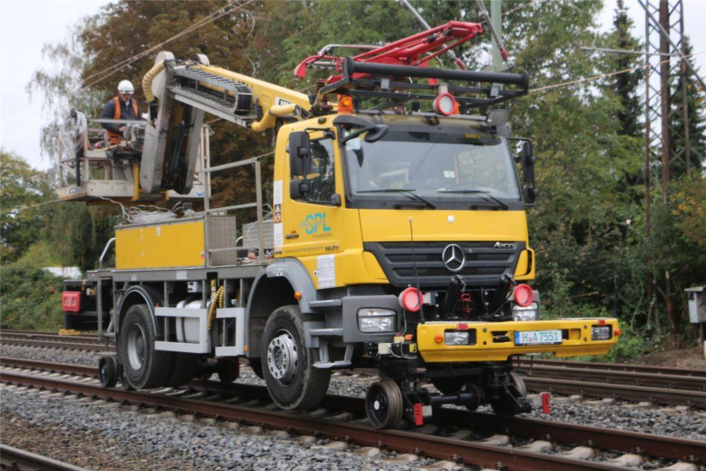 Bei der zweiwöchigen Streckensperrung im Oktober setzte die Bahn Spezial-Fahrzeuge ein, die auf Schienen fahren konnten. Damit wurden unter anderem neue Oberleitungen gezogen. Damit können ICE, die über Kamen nach Dortmund fahren, ihr Tempo künftig auf 200 steigern.