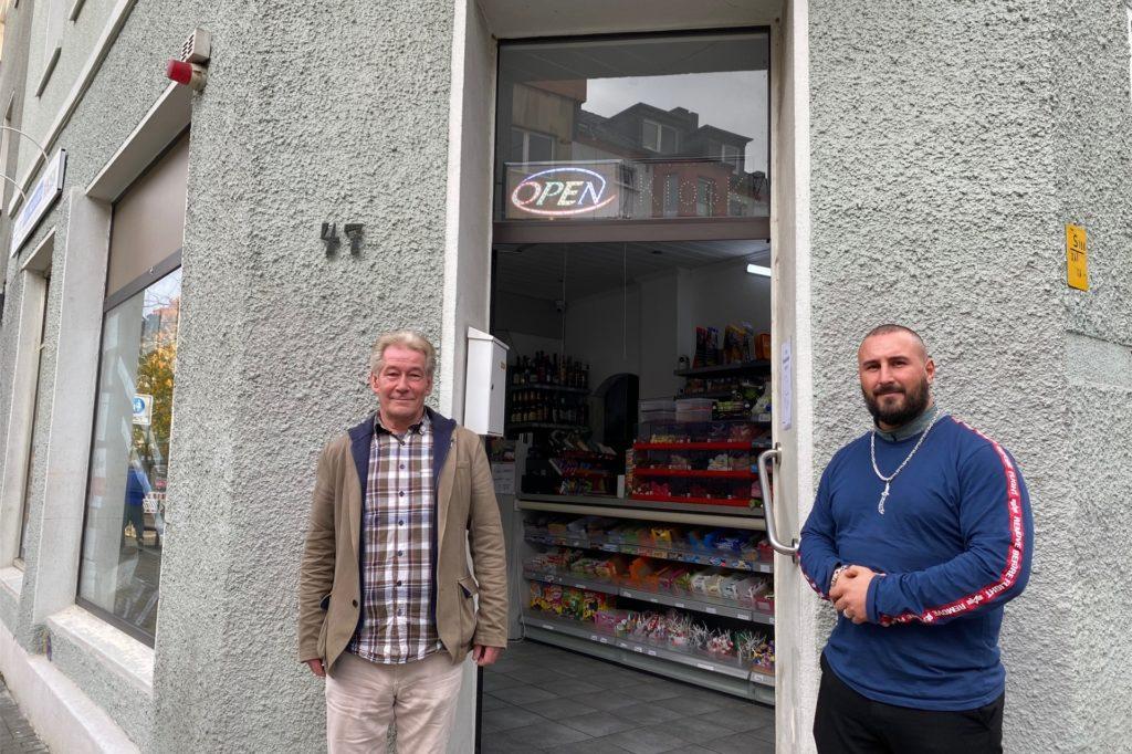 Stammkunde Klaus Sohl (l.) hat Cemal Mugla unterstützt, um den Kiosk möglichst schnell wiedereröffnen zu können.
