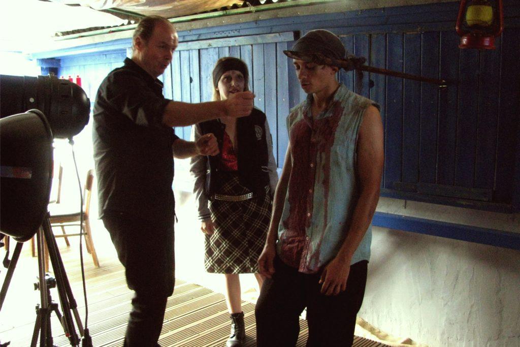 Da sieht es schon nach Horrorfilm aus: (v.l.) Ralf Möllenhoff mit Kerstin Schulte-Tockhaus und Nikita Vasilchenko.