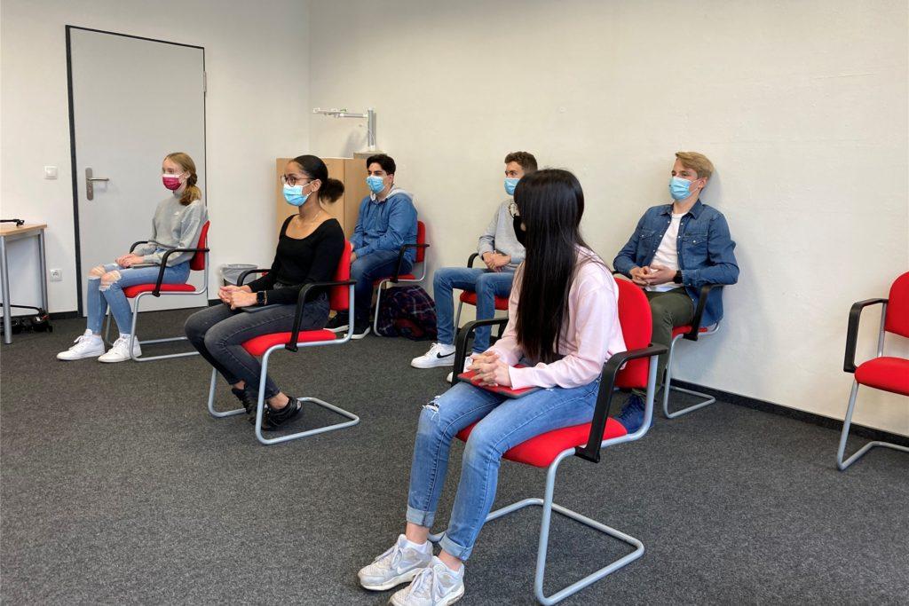 Die sechs Schülerinnen und Schüler erzählen, wie sie mit den iPads lernen.