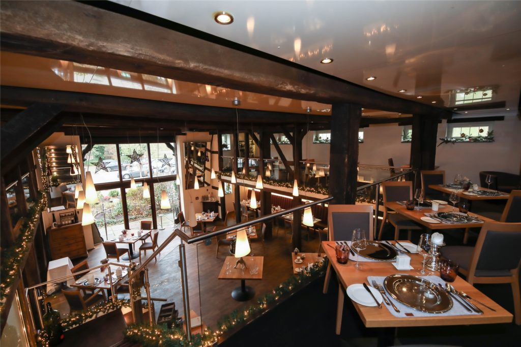Normalerweise erwartet das Restaurant Lennhof seine Gäste stilvoll dekoriert, derzeit dürfen sie ihr Essen nur mit nach Hause nehmen.