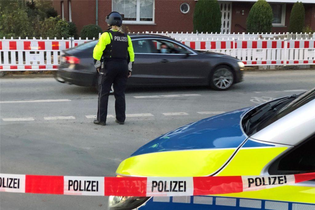 Polizisten mit schusssicheren Westen ließen niemanden von der Horster Straße in den Holtkamp abbiegen.