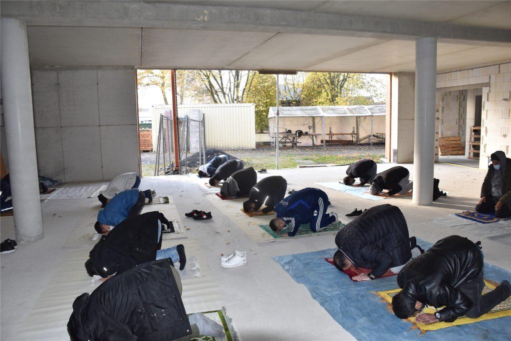 Wegen der Corona-Lage müssen einige Ahauser ihrem Freitagsgebet draußen nachgehen.