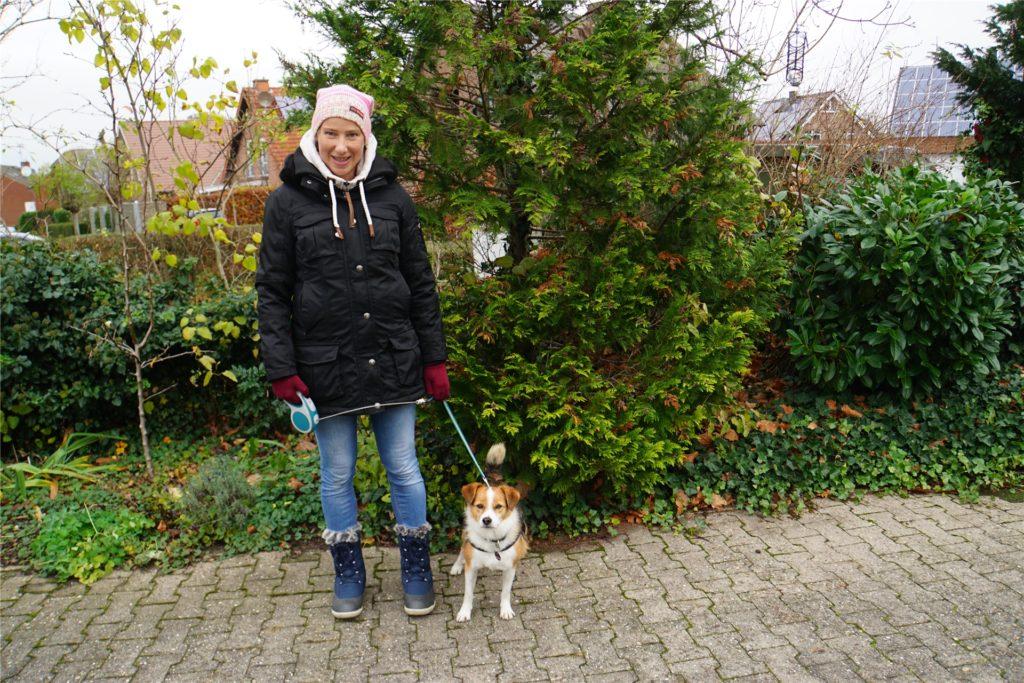Hund Falko wird gerade von Sonja Löcke ausgeführt.