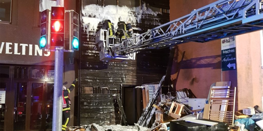 Die Einsatzkräfte deckten die Fassade mit Löschschaum ein.