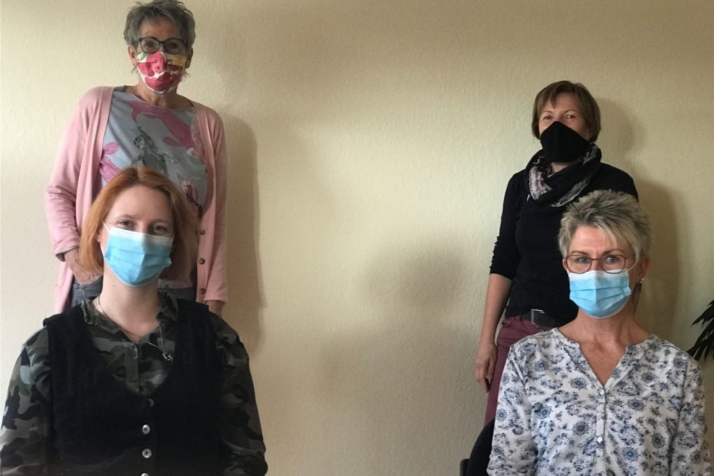 Gabi Brückner (hl), Margret Overhage (hr), Bianca Krumminga (vl) und Dorothea Stockmann (vr) erklären, wie Sterbebegleitung in der Coronakrise funktioniert.