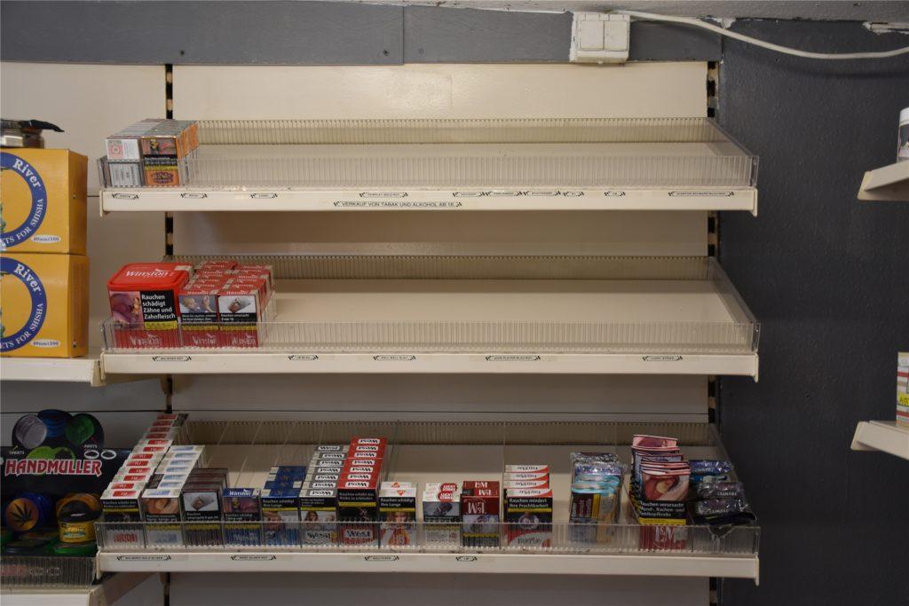 Die Einbrecher hatten es vor allem auf die Zigarettenregale des Kiosks abgesehen.