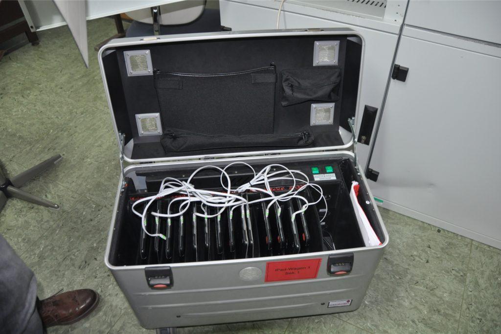 In diesen iPad-Koffern lagern die Geräte der Schule. Lehrer können die iPads so flexibel im Unterricht einsetzen.