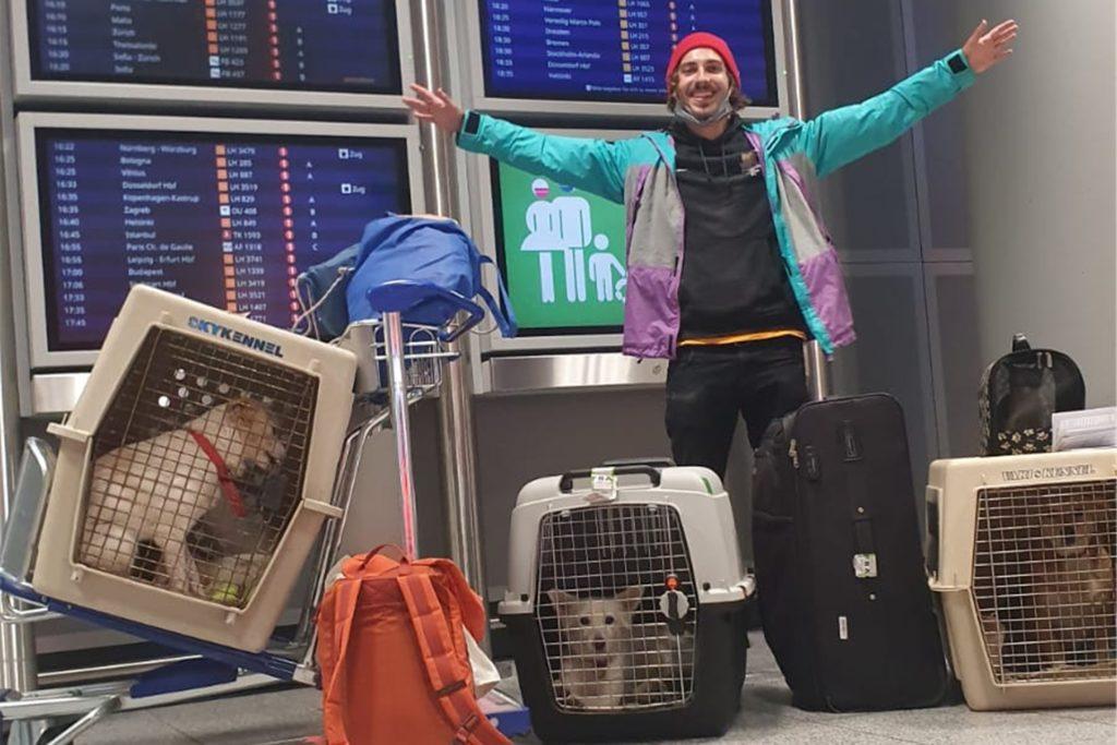 Endlich geschafft! Juri Kollhoff hat sechs vernachlässigte Hunde und eine Katze mit nach Deutschland genommen.