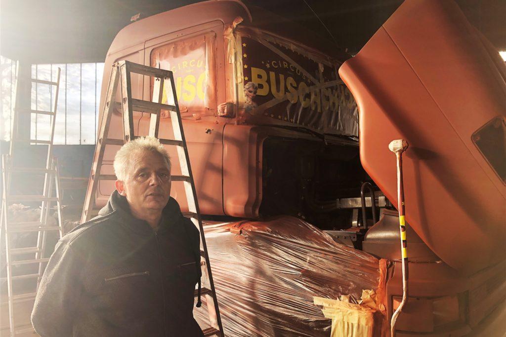 Die Familienmitglieder versuchen, den Rest des noch nicht verkauften Fuhrparks in Gang zu halten. So wurde dieser Lkw neu gestrichen - mit gespendeter Farbe.