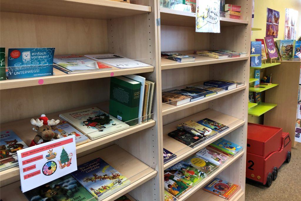 Matthias Hüppe kümmert sich um die Bücherei in der Brukterer-Grundschule. Über weitere Buchspenden freut er sich