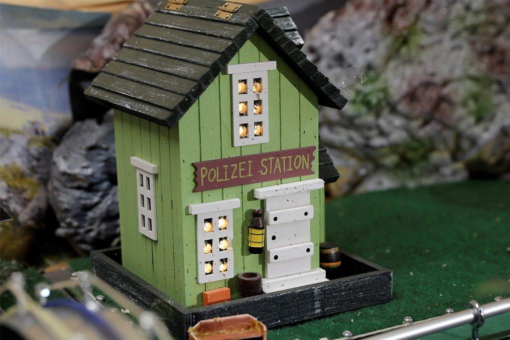 Auch eine Polizei-Station gibt es in der Modellbahnanlage.