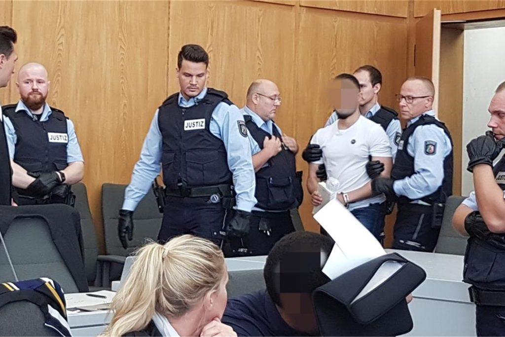 """Die Angeklagten der """"Geldtransporter-Bande"""" am Essener Landgericht kurz vor Verhandlungsbeginn."""