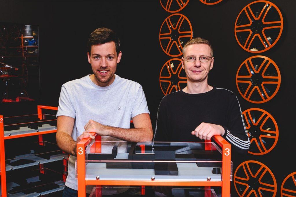 Timo Trumpp (links) und Alexander Zlotnik warten seit Wochen auf die Eröffnung ihres neuen Freizeitangebots in Dortmund. 500.000 Euro haben sie investiert.