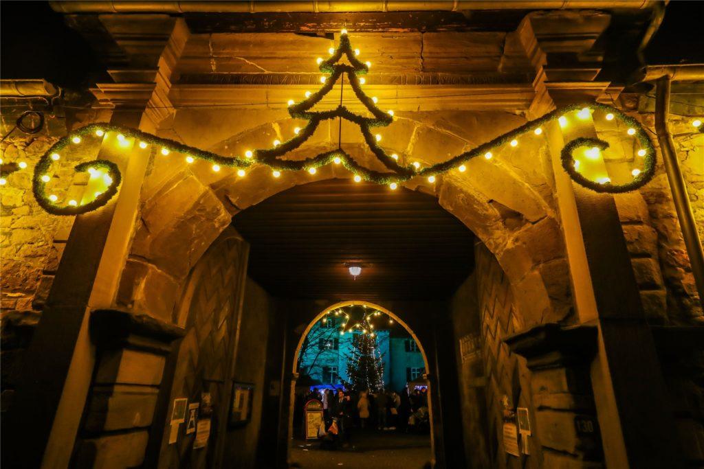 Auch das Eingangstor von Schloss Dellwig wird in der Vorweihnachtszeit leuchten.
