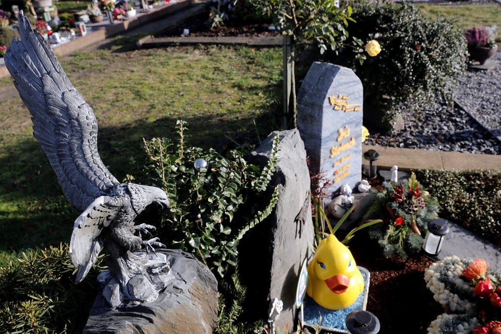Manfred Breuer ist entsetzt, dass erneut die Adlerfigur am Grab seiner Töchter beschädigt wurde.