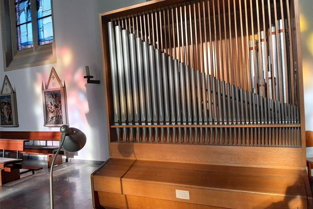 Mitten in der Kirche stehet derzeit dieses Orgelpositiv, das die große Orgel auf der Empore ersetzt.