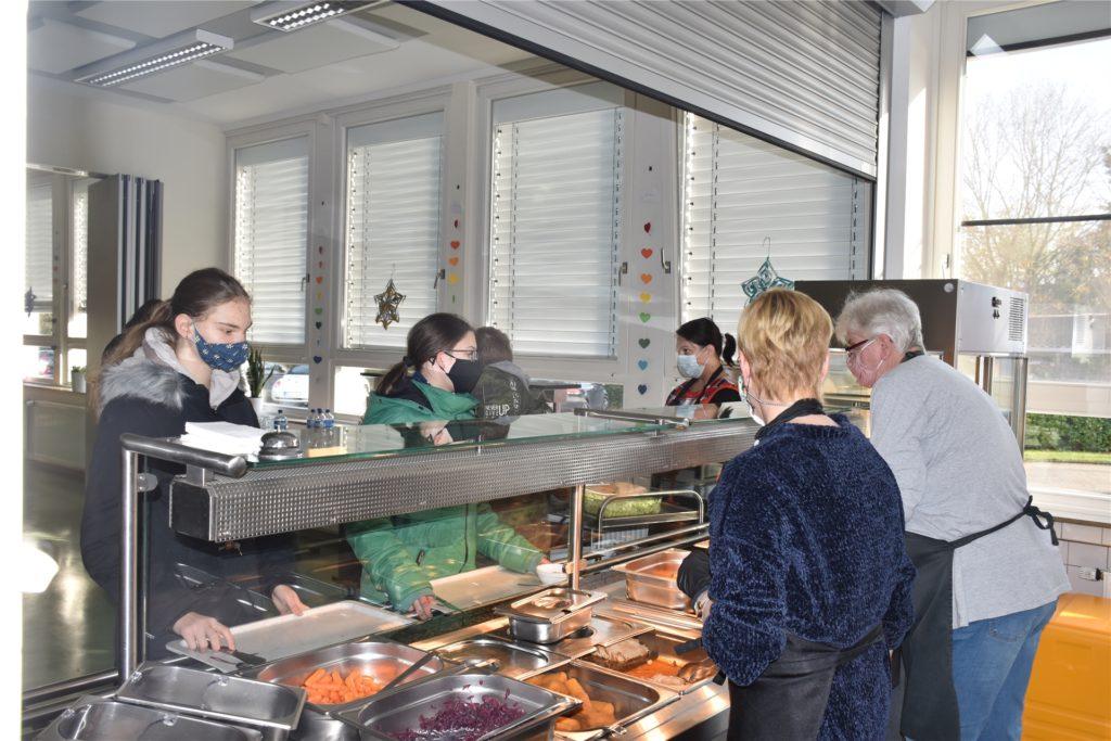 An der Essensausgabe werden die bestellten Menüs an die Schüler ausgeteilt.