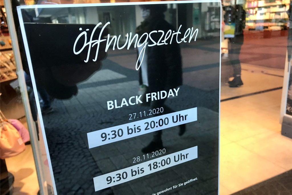 In der Parfümerie Pieper gibt es einen Hinweis auf eigene Black-Friday-Öffnungszeiten.