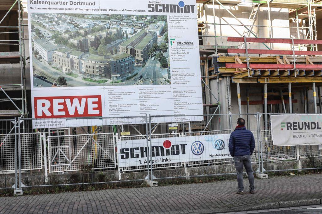 Das Bauschild an an der Kaiserstraße zeigt, wie das Quartier aussehen soll und weckt Interesse.