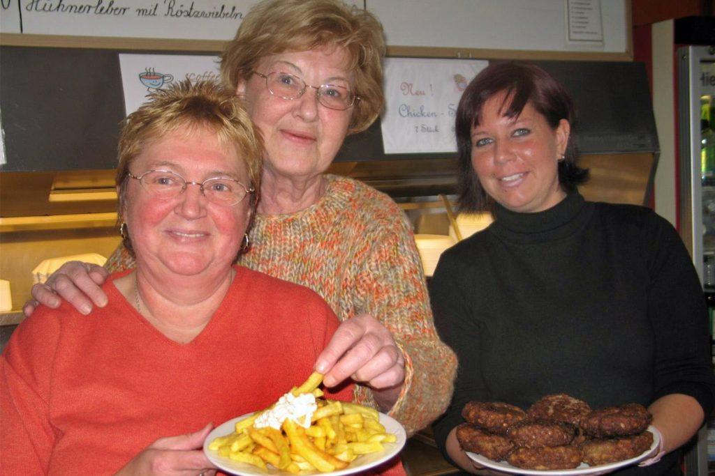 Marlies Rosin (Mitte), hier auf einem Archivbild mit ihren Mitarbeiterinnen Wally Schliesing und Sabrina Seidel, eröffnete den Glückauf-Grill im Jahr 1976.