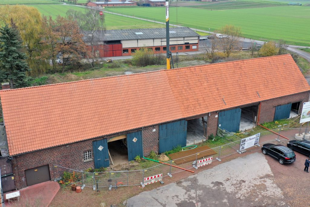 Noch ist nicht viel zu sehen vom neuen Tourimus-Zentrum Olfens. Die Scheune ist entkernt. Im Inneren soll bis Ende 2021 das neue Naturpark-Haus entstehen.