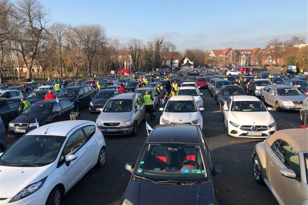 Etwa 180 Autos haben sich auf dem Solebad-Parkplatz eingefunden in einer Art Autokino.