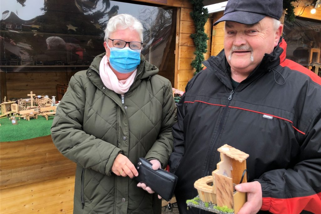 Marita und Georg Eilhardt haben einen Brunnen für ihre Weihnachtskrippe gefunden.