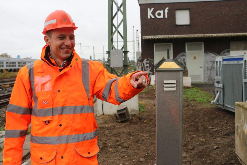 Juri Wirth, Projektleiter bei der Deutschen Bahn, an der Wetterstation. Er begleitet den Spaziergang auf den Gleisen zwischen Südkamener Straße und dem Bahnhof Kamen.