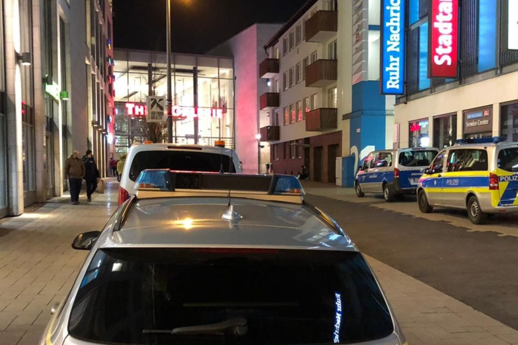 Fahrzeuge der Polizei standen am Freitagabend vor der Thier-Galerie.