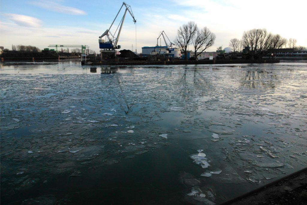 Der Dortmund-Ems-Kanal bei einer Silvestertour des Autors. Eisklumpen zwingen die Kanuten bald zum Umkehren. Für den Radfahrer ist der Weg frei.