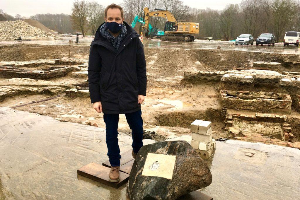 Stadtarchäologe Ingmar Luther hat die Ausgrabung und die Fundstücke im Blick. Der Felsen mit Schrifttafel weist auf einen früh verstorbenen Sohn Clemens von Rombergs hin.