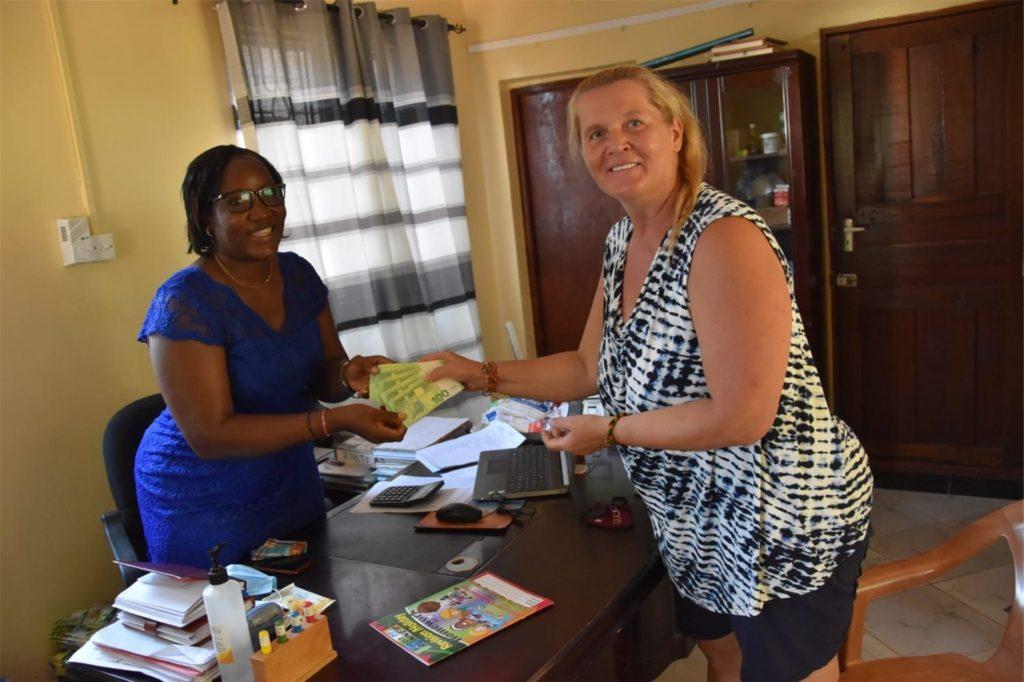Im Auftrag der Keniahilfe erhielt die Schulleiterin Knight Odoll (l.) vom Vereinsmitglied Margit Weißenberg eine Barspende für diverse Hilfsmaßnahmen.
