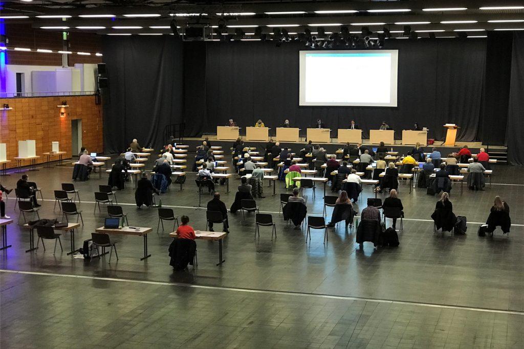 Die erste richtige Ratssitzung der neuen Periode in der Europahalle: Für die Mitglieder gilt Maskenpflicht. Hinten links ist mein Platz, rechts daneben sitzt Uta Stevens von der Stadtverwaltung. Die Politiker, darunter die infizierte Person aus der SPD-Fraktion, vorne rechts an einem der Tische.