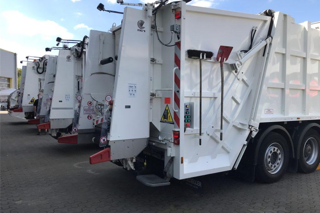 Die Müllautos sind sperrig und groß, verfügen zwar alle über einen Rückwärtsfahr-Warnton. Aber in engen Stichstraßen dürfen sie dennoch nicht mehr manövrieren, wie sie wollen.