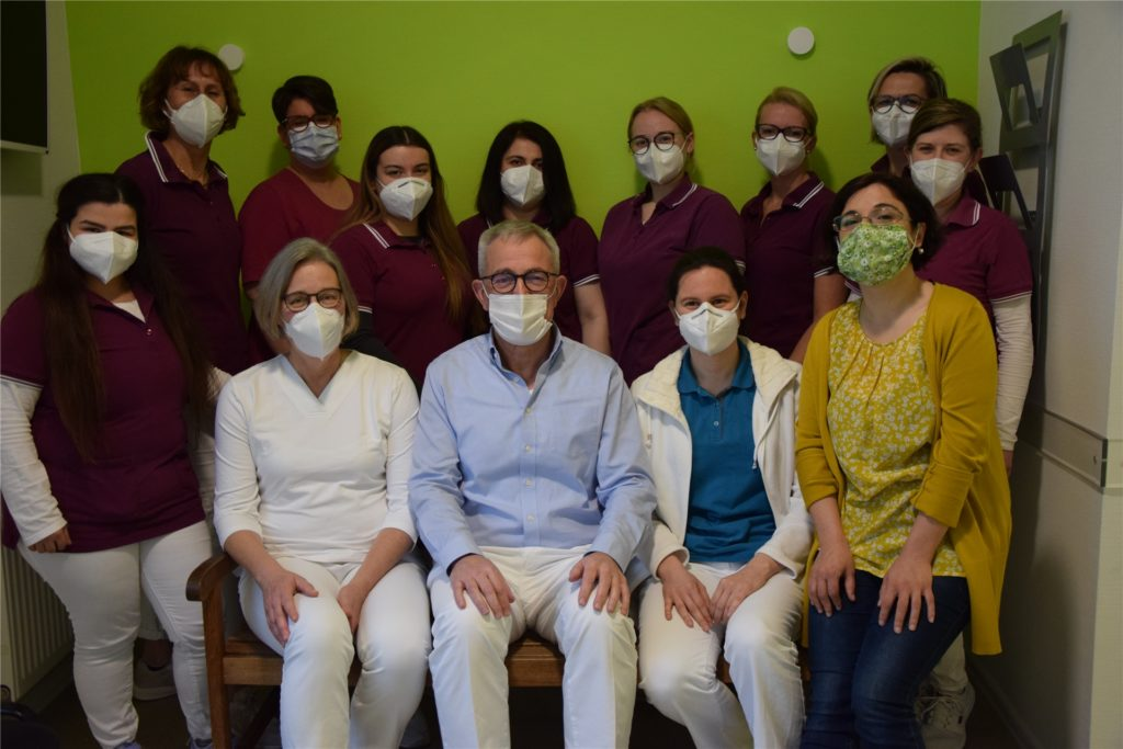 Das gesamte Team der Praxis Helga Bücker verabschiedet sich von Dr. Rudolf Groddeck (Mitte) - vor mit den Ärztinnen Helga Bücker, Mirna Radocaj Cavlek und Kostanca Todorushi
