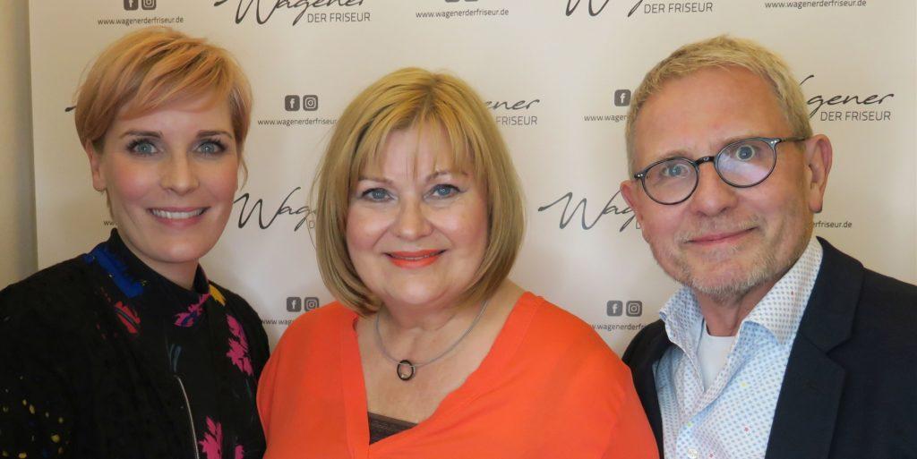 Stefan Wagener (r.) führt mit seiner Frau Rita Wagener (m.) und seiner Tochter Teresa den Friseursalon