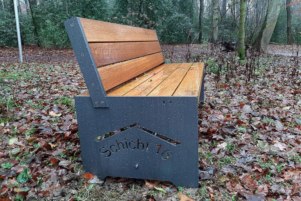 Zwei neu aufgestellte Bänke am Holzkreuz im Schwerter Wald zeigen, dass sie vom Nachbarschicht 16 aufgestellt worden sind.