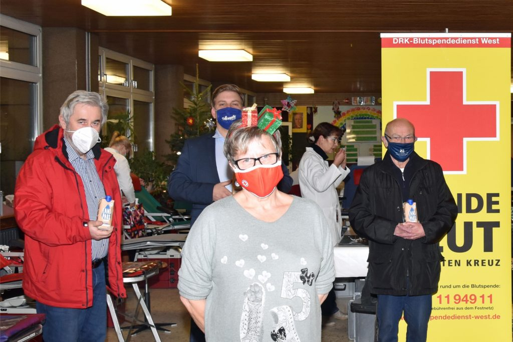 Friedhelm Koch, Alexander Höll, Eva Rzepucha und Michael Bernd (1. Vorsitzender des DRK Dorsten) bereiteten gemeinsam alles für den Blutspendetermin in der Grundschule in Altendorf-Ulfkotte vor.