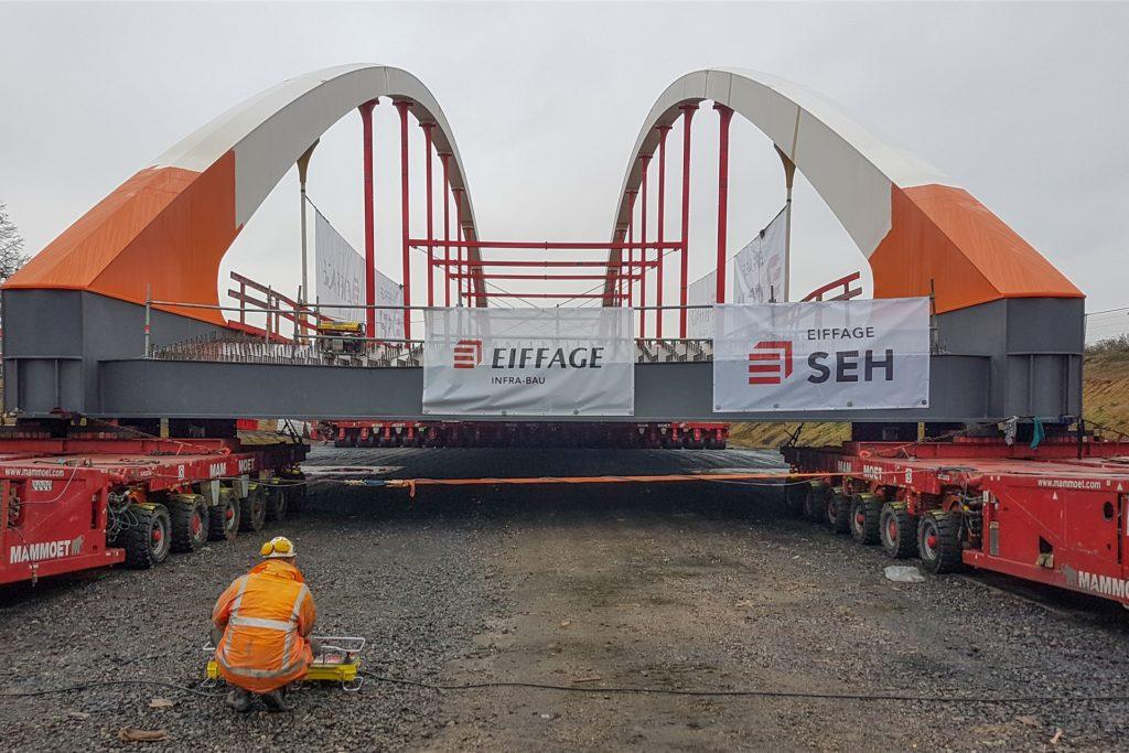 Knapp 130 Meter lang und an ihrer höchsten Stelle fast 22 Meter hoch ist die neue Stabbogenbrücke.