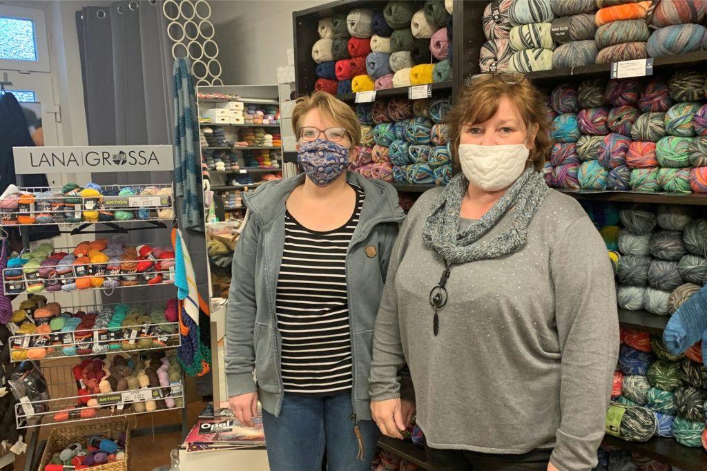 Daniela Rommeswinkel und ihre Kollegin Anke Kaletowski-Esser haben im Wollladen an der Essener Straße alle Hände voll zu tun: Vor dem Lockdown deckt sich die Kundschaft tüchtig ein.