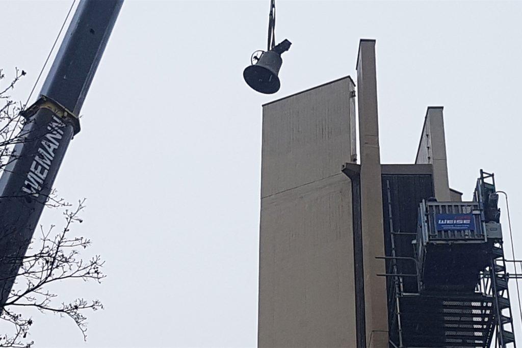 Ein Autokran hob die schweren Stahlglocken aus dem Turm.