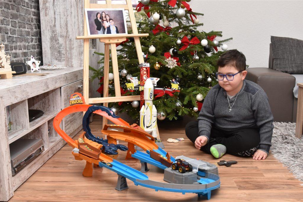 Maximilian liebt seine Rennbahn. Die Staffelei im Hintergrund war ebenfalls ein Geschenk, weil Max sehr gerne malt.
