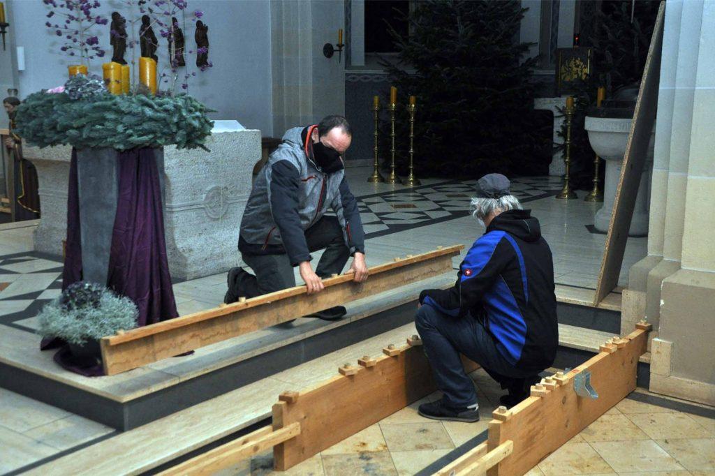 Die Handgriffe sitzen, der Aufbau ist Routine für Friedbert Wefringhaus und Meinolf Kentner.