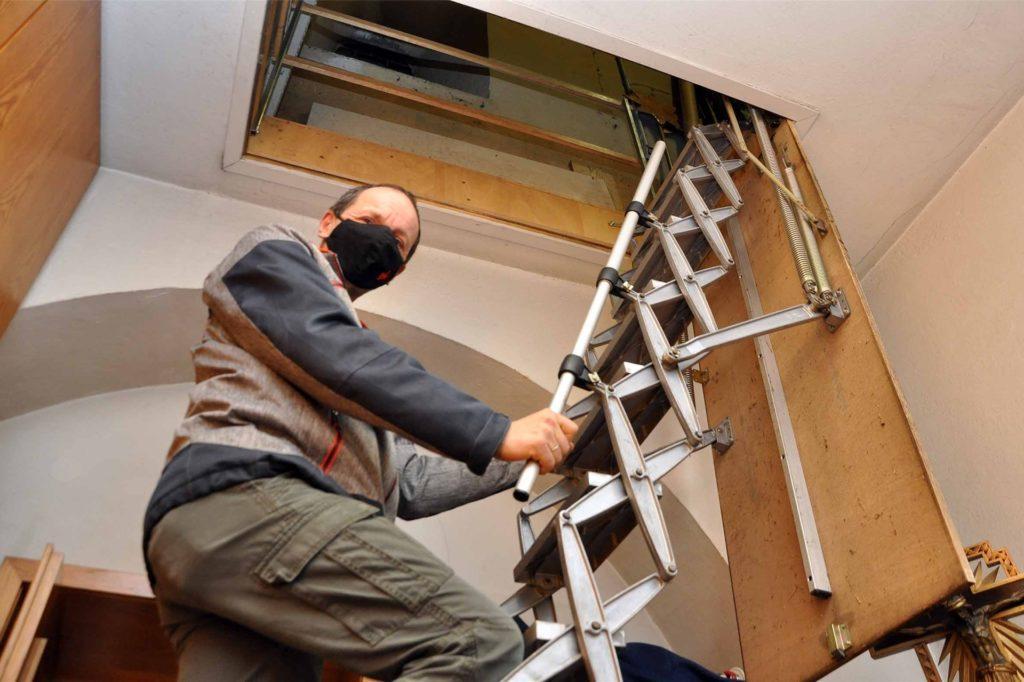 Diese steile Treppe muss Friedbert Wefringhaus hinauf, um die gelagerten Krippen-Utensilien für den Aufbau zu erreichen.