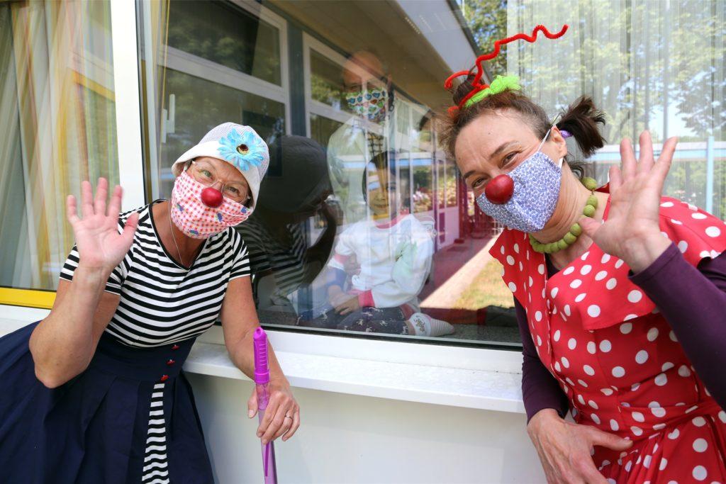 Klinikclowns heitern die Stimmung der kleinen Patienten in der Kindernotfallambulanz des Bottroper Krankenhauses auf.