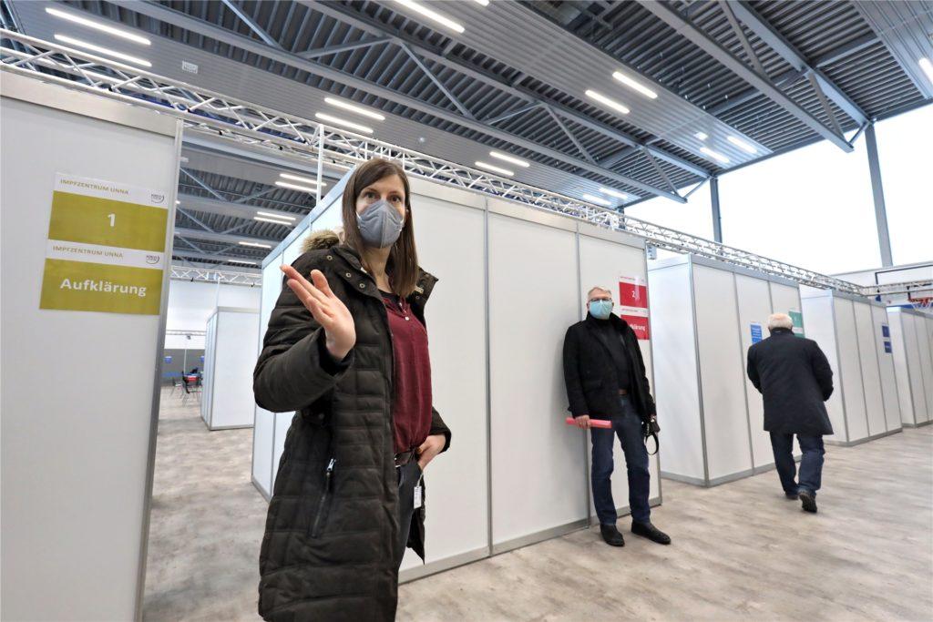 Sandra Pflanz vom Kreis Unna erklärt, wie die Impfstraße funktioniert: An dieser Station werden die Impflinge zunächst von einem Mediziner über die Impfung aufgeklärt.