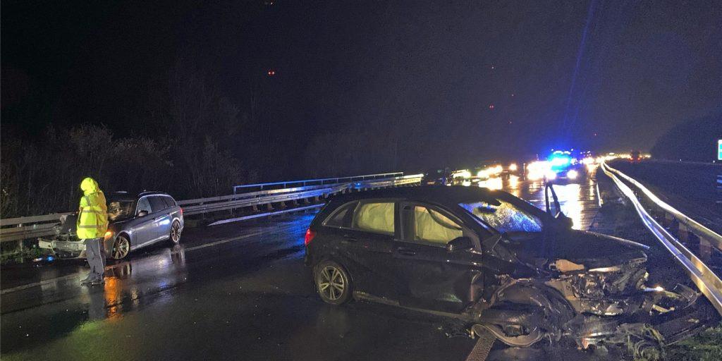 Bei dem Unfall am Dienstagmorgen wurden zwei Autofahrer schwer verletzt.